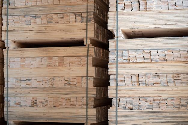 Houtmolen, zagerij. opslag van geschaafde houten planken. stapels houten planken in de zagerij.