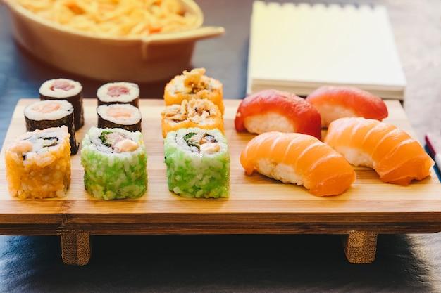 Houtplank met sushi
