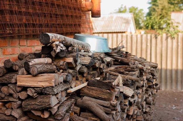 Houtschuur winkel op het erf. hout materiaal voor het verwarmen van alternatieve hernieuwbare energie