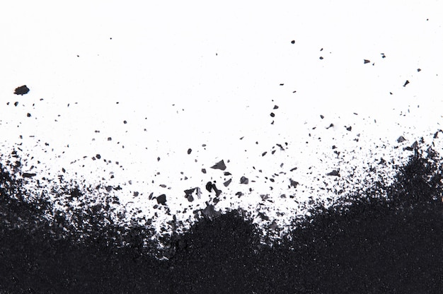 Houtskool geïsoleerd op een witte achtergrond