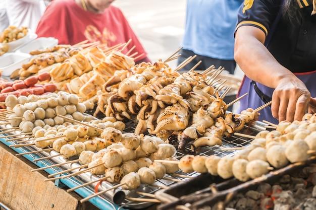 Houtskool geroosterde voedselbrochette voor verkoop bij een lokale markt in bangkok, thailand.