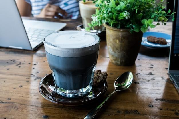 Houtskool latte in een café