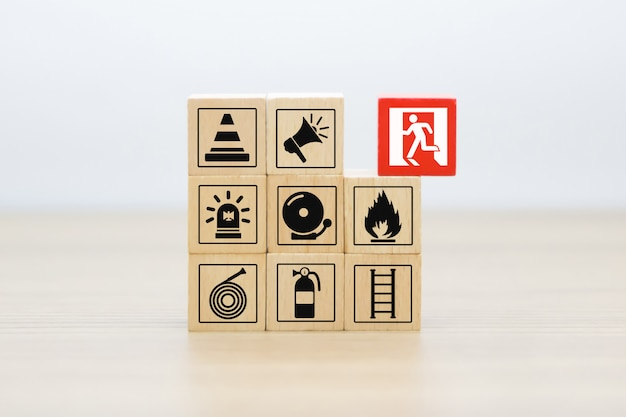 Houtsnede stapelen met pictogrammen voor brand en veiligheid.