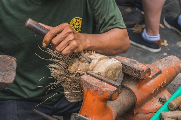 Houtsnijwerk gemaakt door een man in hoi an vietnam