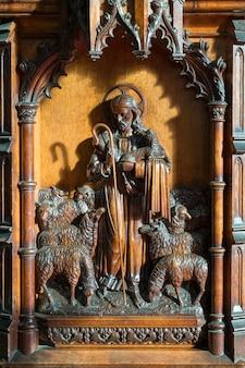 Houtsnijwerk vanaf de preekstoel van st swithun's church in east grinstead west sussex