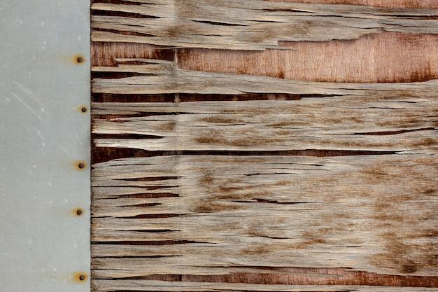 Houtspaanders op oude oppervlakte met spijkers