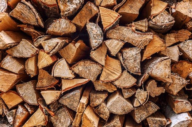 Houtstapel met brandhout.