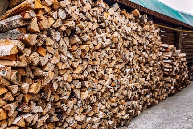 Houtstapel met netjes gestapeld brandhout op de binnenplaats.