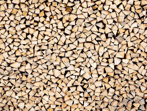 Houtstapel met veel berken- en sparrenblokken
