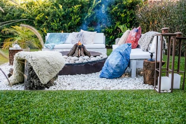 Houtvuur en stenen met bankjes in de tuin