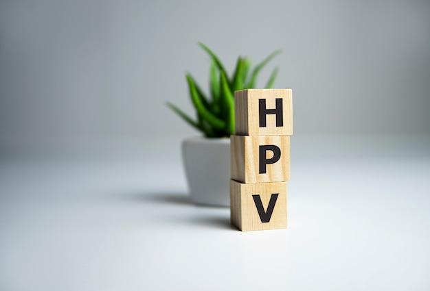 Hpv-woord dat met houtblok naast plant wordt geschreven