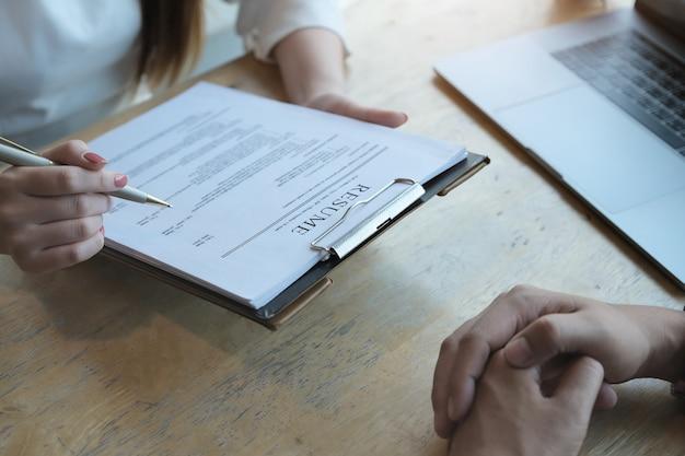 Hr audit hervat sollicitantpapier en interview met aanvrager voor selectie personeel aan bedrijf. bespreken sollicitatiegesprek concepten.