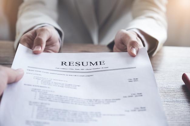 Hr audit hervat sollicitantpapier en interview met aanvrager voor selectie personeel aan bedrijf.
