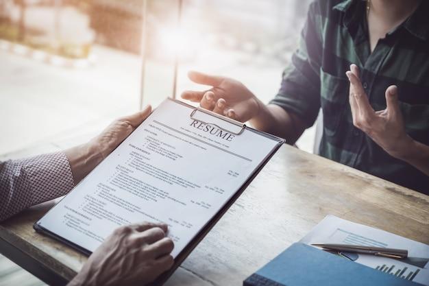 Hr audit hervat sollicitantpapier en interview voor selectie personeel aan bedrijf.