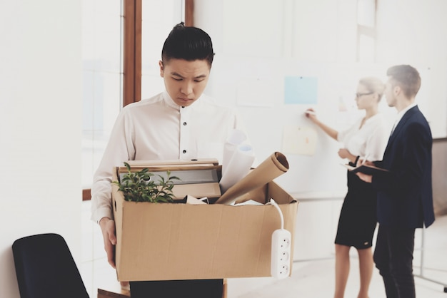 Hr directeur vrouw in blouse en rok werkt op kantoor.