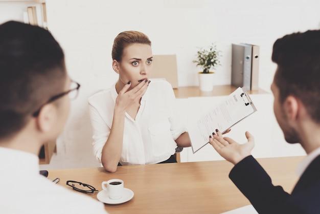 Hr-directeur vrouw werkt op kantoor. vrouw wordt benadrukt bij sollicitatiegesprek.