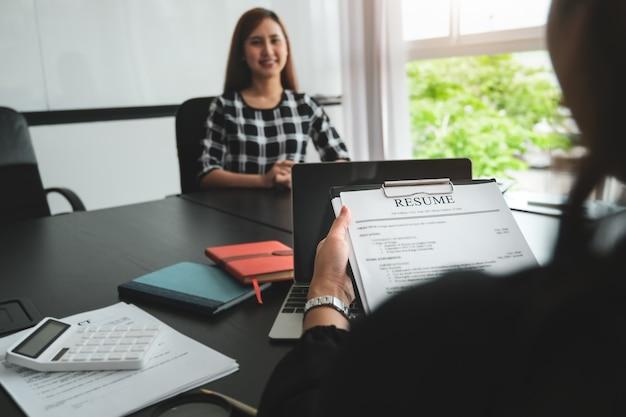 Hr-discussie sollicitatiegesprek met antwoorden van vrouwen die solliciteren.