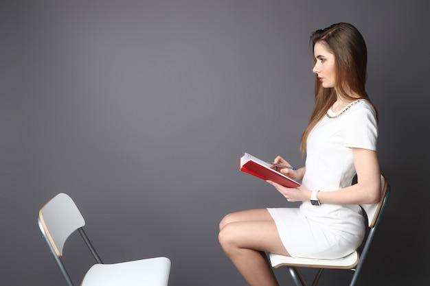 Hr interviewt een lege bureaustoel, zijaanzicht