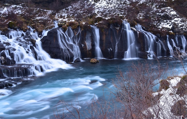 Hraunfossar, de prachtige waterval in ijsland.