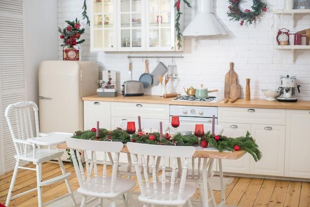 Hristmasboom met cadeautjes interieur in scandinavische stijl