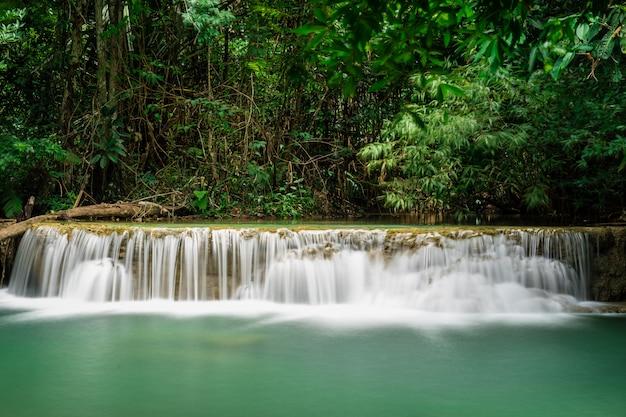 Huai mae khamin waterfall bij diep tropisch regenwoud in srinakarin-dam, nationaal park in thailand