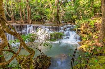 Huai Mae Khamin Waterfall With het ochtend lichte Kanchanaburi, Thailand