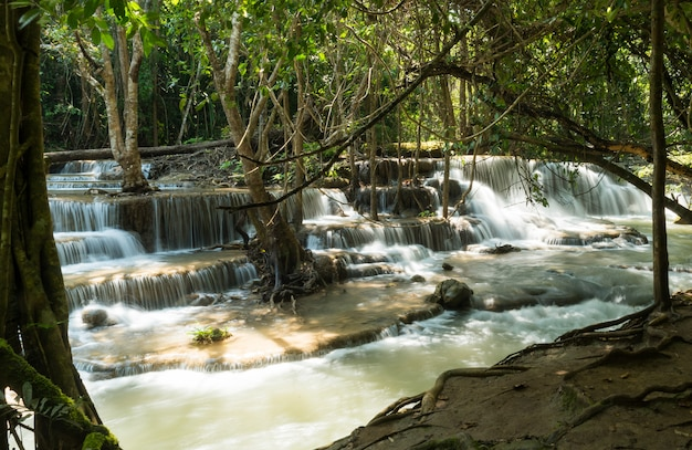 Huai mae khamin waterval in kanchanaburi, thailand, prachtige waterval, bos,