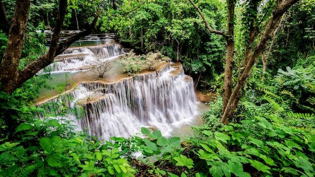Huay mae kamin-waterval bij het nationale park van khuean srinagarindra kanchanaburipurince