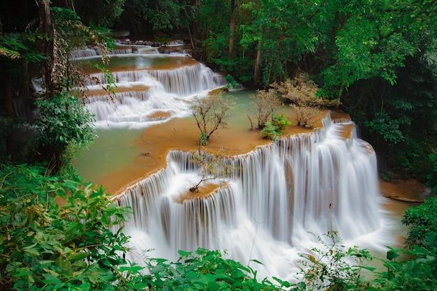 Huay mae kamin waterval, prachtige waterval in regenwoud bij kanchanaburi