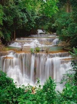 Huay mae kamin waterval, prachtige waterval in regenwoud in kanchanaburi, thailand.
