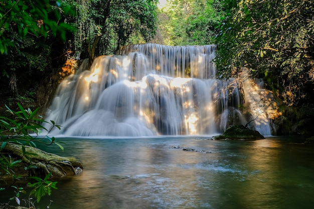 Huay mae khamin waterval, 3e verdieping, genaamd wangnapha, gelegen in srinakarin dam national park kanchanaburi province, thailand