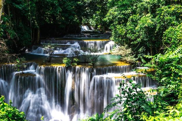 Huay mae khamin waterval zes niveau, paradijswaterval in tropisch regenwoud van thailand
