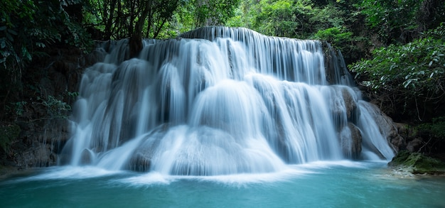 Huay mae khamin-watervallen in diep bos bij srinakarin national park kanchanaburi