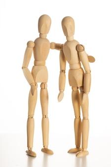 Hug wood mannequin concept op geïsoleerde witte achtergrond