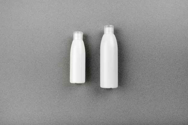 Huid- en lichaamsverzorging spa ingesteld op abstracte grijze achtergrond. massageroutine tegen veroudering en acne. bovenste horizontale weergave copyspace.
