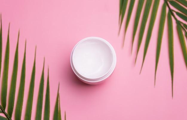 Huid hydrateert crème witte pot op roze achtergrond. huidverzorging schoonheidsproduct.