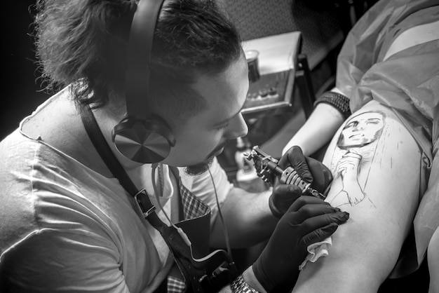 Huid meester werkt tatoeëren in tattoo studio.