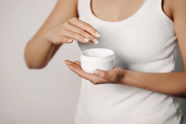 Huid zorg concept. mooie vrouw met handcrème, lotion op haar handen. close-up foto van vrouwelijke handen cosmetische crème op zachte huid toe te passen. schoonheid concept