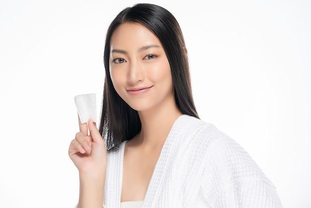 Huid zorg vrouw gezicht make-up met wattenstaafje pad verwijderen