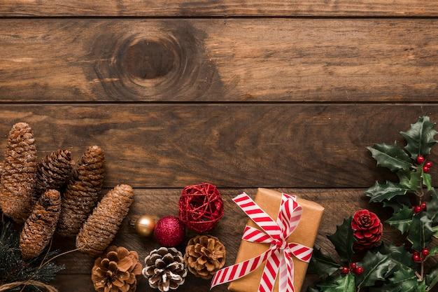 Huidige doos dichtbij ornamentnabbels en groen takje