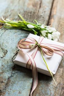 Huidige doos en bloemen