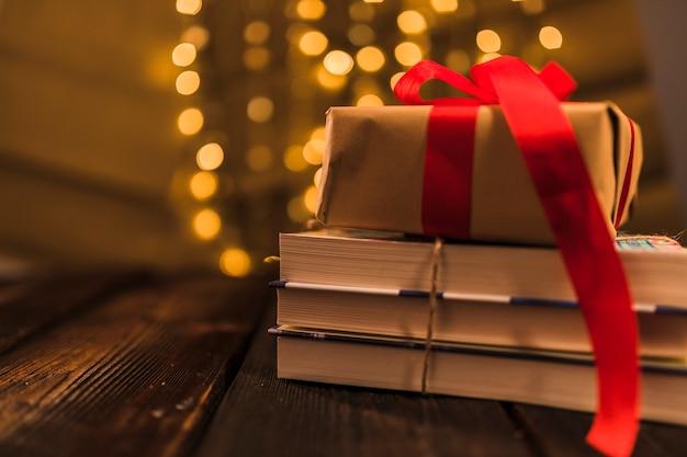 Huidige doos op hoop van boek
