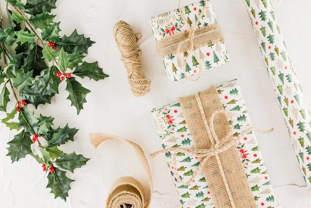 Huidige dozen dichtbij groen takje en schoothoek van draden