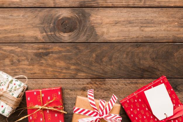 Huidige dozen in kerstmisomslagen met linten