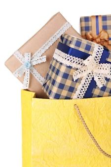 Huidige dozen in papieren zak geïsoleerd op wit