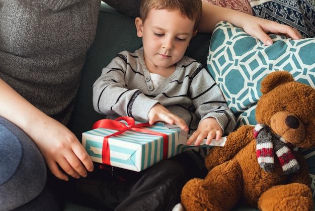 Huidige geschenk verrast geluk kwaliteitstijd