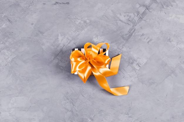 Huidige geschenkdoos op betonnen tafel.