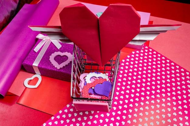 Huidige gift voor valentine-dag met hartkaart op de roze achtergrond