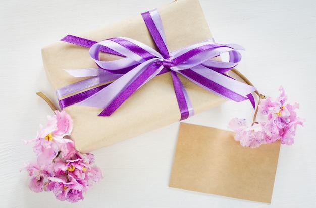Huidige of geschenkdoos en lege wenskaart