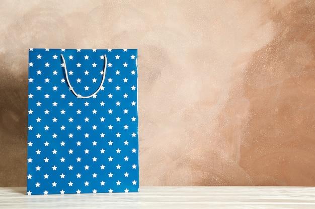 Huidige tas op witte tafel tegen bruin